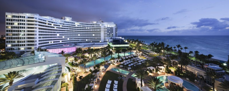 covet-edition-Best-Hotels-in-Miami-Fontainebleau-Miami-Beach-at-night