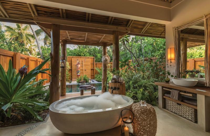 10 Astonishing Tropical Bathroom Ideas