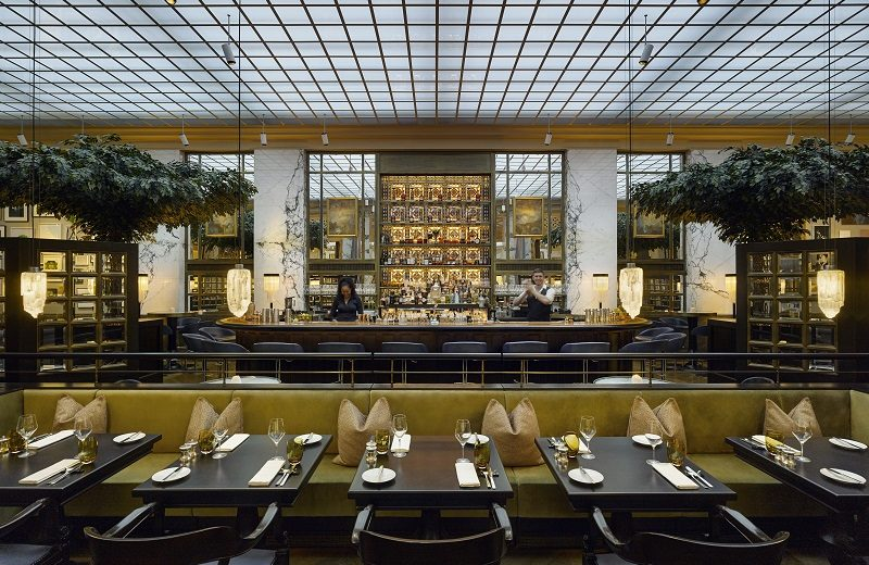 Meet the Delicious The Bank at Park Hyatt Vienna. To see more news about interior designers, subscribe our newsletter right now! #parkhyattvienna #thebank #thebankbrasserieandbar #fgstijl #lightsofvienna #luxuryhotels #luxuryrestaurants #bestinteriordesigners #luxurybars