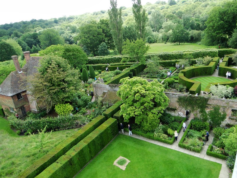 Discover the 15 Best English Gardens You Must Visit. To see more news about luxury travel, subscribe our newsletter right now! #englishgardens #beautifulgardens #levenshall #alnwickgarden #sissinghurstcastle #hidcotemanor #stourhead #coveted #gardensofengland #luxurygardens english gardens Discover the 15 Best English Gardens You Must Visit Discover the 15 Best English Gardens You Must Visit 15