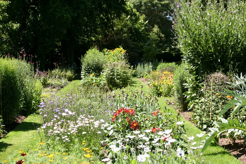 Discover the 15 Best English Gardens You Must Visit. To see more news about luxury travel, subscribe our newsletter right now! #englishgardens #beautifulgardens #levenshall #alnwickgarden #sissinghurstcastle #hidcotemanor #stourhead #coveted #gardensofengland #luxurygardens