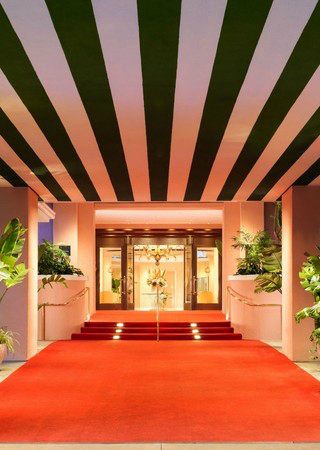 Discover the Best Luxury Hotels for Celebrity Sightings - Part 1. To see more news about luxury hotels, subscribe our newsletter right now! #luxuryhotels #celebritieslife #celebritysightings #besthotels #bestluxuryhotels #bestamericanhotels #besteuropeanhotels #besttravelexperiences
