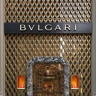 Midcentury Italian Design in Bulgari New York flagship by Peter Marino ➤ #covetedmagazine #luxurymagazine #luxuryliving #interiordesign #homedecor #milandesignweek2019 #salonedelmobile2019 #isaloni2019 #maisonetobjet ➤ www.covetedition.com ➤ @covetedmagazine @bocadolobo @delightfulll @brabbu @essentialhomeeu @circudesign @mvalentinabath @luxxu @covethouse_ @rug_society @pullcast_jewelryhardware @bybrabbucontract