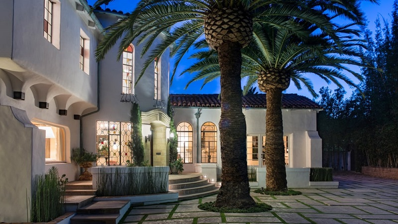 Dennis Quaid Is Selling His Lavish Pacific Palisades Luxury Home ➤ #covetedmagazine #luxuryhomes #DennisQuaid #luxuryhome ➤ www.covetedition.com ➤ @covetedmagazine @bocadolobo @delightfulll @brabbu @essentialhomeeu @circudesign @mvalentinabath @luxxu @covethouse_ @rug_society @pullcast_jewelryhardware @bybrabbucontract