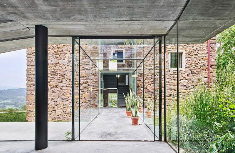 Amazing Glass Corridor Connects House to Underground Extension